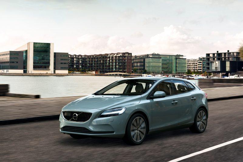 2017-volvo-v40-facelift-gains-new-headlights-not-much-else_18
