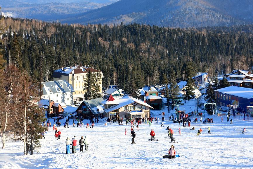 Ski-resort-Sheregesh-near-the-mountain-range-Mustag