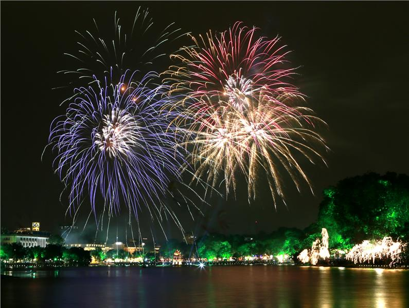fireworks-performance-during-new-year-eve-in-hanoi-917
