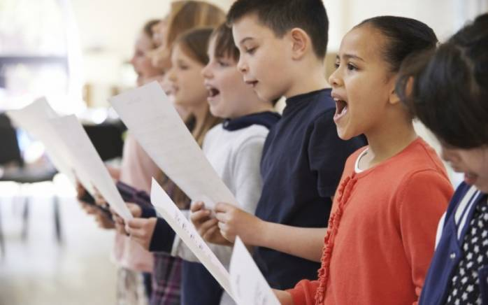 childrensinging-1024x684-800x500_c_698x436