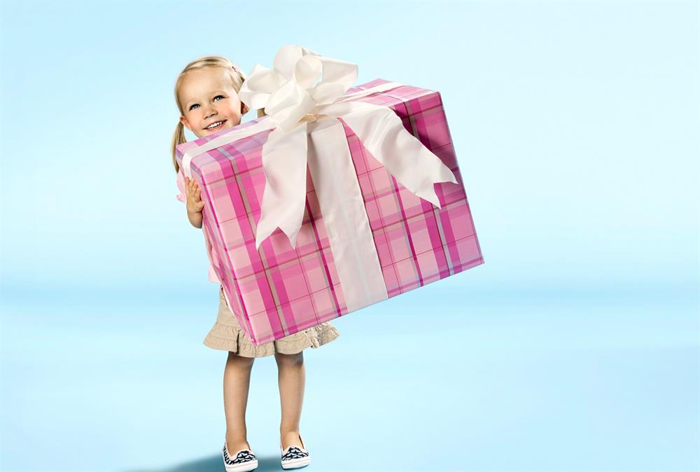 Девочка получила подарок 73